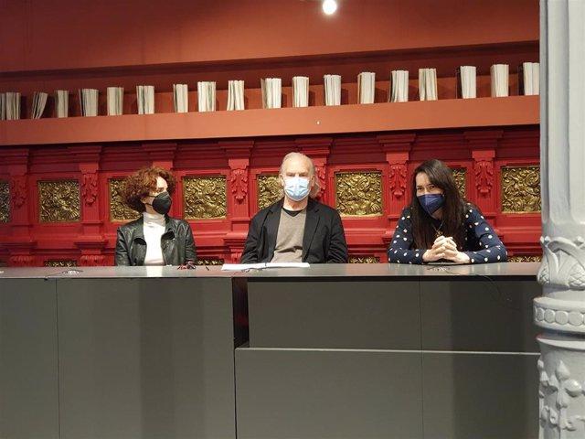 Presentación de la obra 'Troyanas' en el Teatro de la Comedia en la que han participado la directora, Adriana Ozores, Ángeles González Sinde, que se hace cargo de la dramaturgia, y Lluís Homar, director de la CNTC.