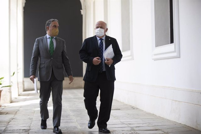 El consejero de la Presidencia, Elías Bendodo (i), y el consejero de Salud y Familias, Jesús Aguirre (d) a su llegada a la rueda de prensa posterior al Consejo de Gobierno de la Junta de Andalucía. En Sevilla (Andalucía, España), a 06 marzo de 2021.