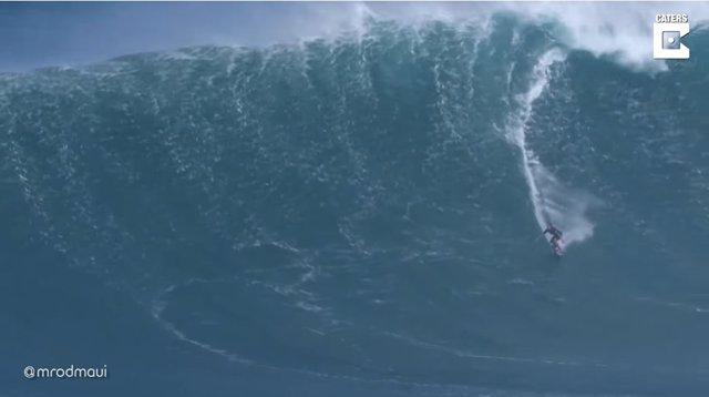 Increíbles imágenes de surfistas en acción durante el invierno en Hawái