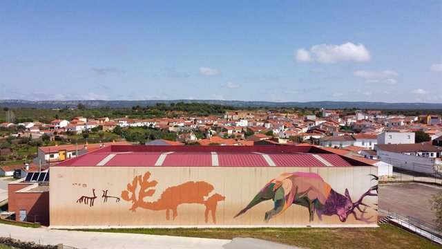 Torrejón el Rubio (Cáceres) luce un mural artístico con pinturas rupestres de Monfragüe como tema central