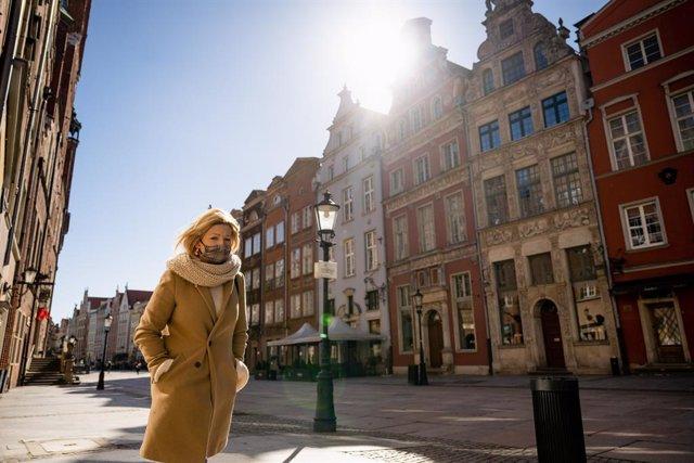 Una mujer con mascarilla por el coronavirus en la ciudad polaca de Gdansk