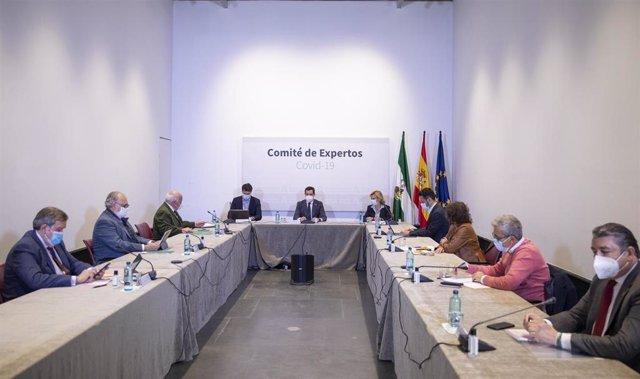 El presidente de la Junta de Andalucía, Juanma Moreno (c), en la reunión del Consejo Asesor de Alertas de Salud Pública de Alto Impacto (Comité de Expertos), el pasado 17 de marzo de 2021. (Foto de archivo).