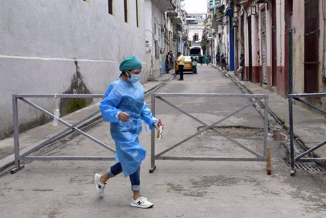 Archivo - Trabajadora sanitaria en La Habana