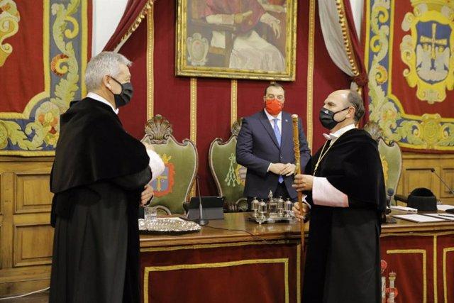 Archivo - Acto de posesión de Ignacio Villaverde como nuevo rector de la Universidad de Oviedo junto al rector saliente, Santiago García Granda, y el presidente del Principado, Adrián Barbón