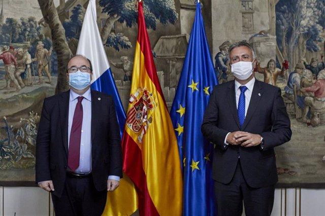 El ministro de Política Territorial y Función Pública, Miquel Iceta (i) y el presidente del Gobierno de Canarias, Ángel Víctor Torres (d) posan después de una reunión en el Ministerio de Política Territorial y Función Pública, a 6 de abril de 2021.