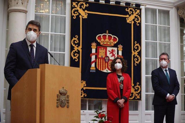 El nuevo delegado del Gobierno en Andalucía, Pedro Fernández (1i), en su toma posesión del cargo en un acto presidido por la ministra de Hacienda y portavoz del Gobierno, María Jesús Montero y el alcalde de Sevilla, Juan Espada (1d).