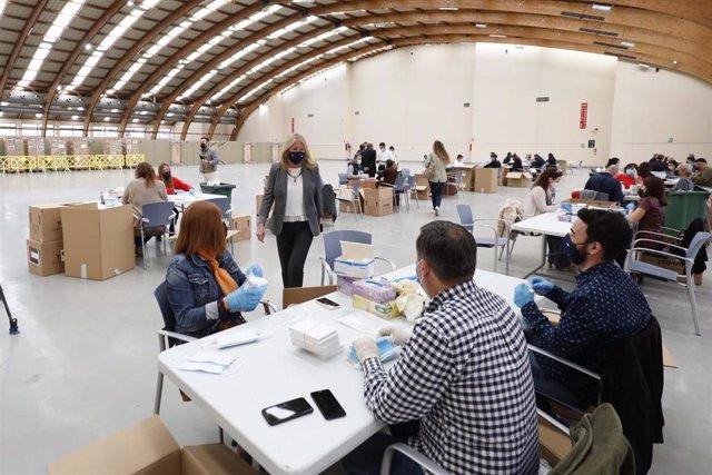 Preparación de kits de diez mascarillas donadas por los Emiratos Arabes al Ayuntamiento de Marbella para los empadronados, organizaciones y colectivos vulnerables