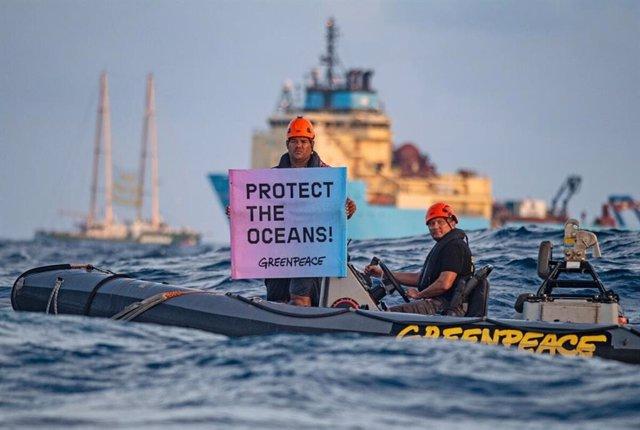 Activistas de Greenpeace despliegan en alta mar una pancarta contra la minería marina de profundidad