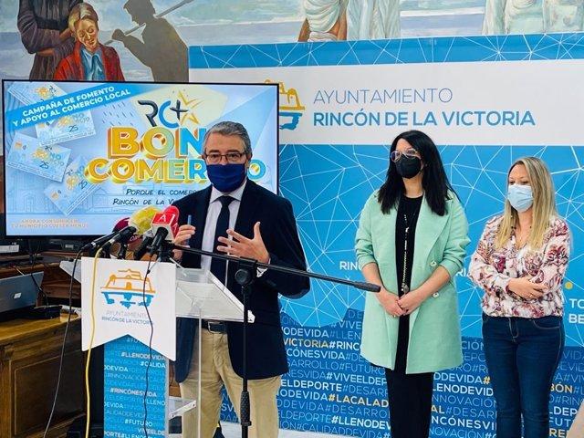 El alcalde, Francisco Salado, con las concejalas María Paz Couto y Elena Aguilar