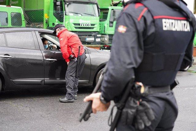 Archivo - La Ertzaintza realiza un control en Bilbao, el día en que Euskadi entra en'zona roja' y se ha declarado en cierre perimetral en la capital vizacaína