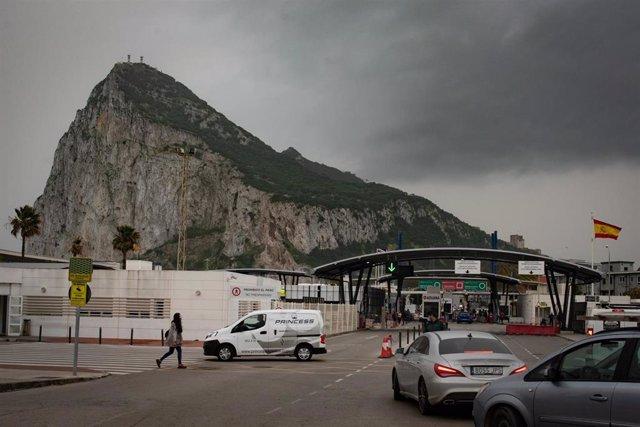 Tránsito de coches y personas en la frontera de Gibraltar, después de que España haya decidido levantar la restricción temporal del acceso por vía terrestre al espacio Schengen a través del puesto de control de personas con el territorio de Gibraltar