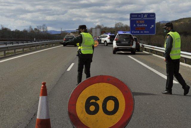 Dos agentes de Guardia Civil durante un control de movilidad en la autovía de las Rías Bajas o A-52, en las inmediaciones de Vilavella, Redondela, Pontevedra, Galicia (España), a 26 de marzo de 2021.