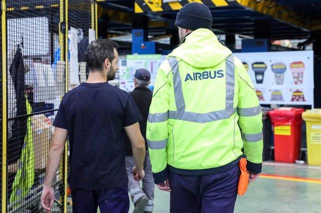 Archivo - Operarios de Airbus