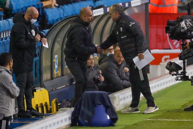 Archivo - Manchester City Manager Josep Pep Guardiola and Leeds United Manager Marcelo Bielsa during the English championship Premier League football match between Leeds United and Manchester City on October 3, 2020 at Elland Road in Leeds, England - Phot