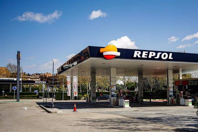 Archivo - Gasolinera de Repsol ubicada en Madrid abierta tras el anuncio realizado por la Comunidad de Madrid de que las estaciones de servicio se preparan para atender a transportistas de alimentos y productos esenciales que continúan trabajando en plena