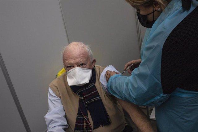 Archivo - Un hombre es vacunado contra el coronavirus en París