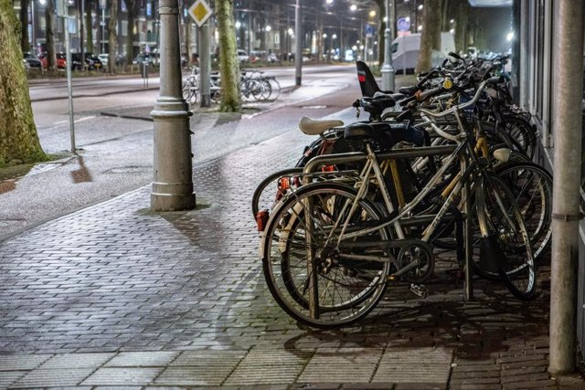 Archivo - 28 January 2021, Netherlands, Amsterdam: Parked bicycles seen on an empty street in Amsterdam as strict curfew was imposed by the Dutch government to prevent and combat the spread of coronavirus (COVID-19). Photo: Nik Oiko/SOPA Images via ZUMA W