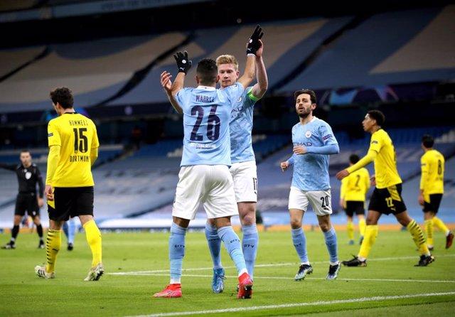 De Bruyne celebra con Mahrez el 1-0 en el Manchester City-Borussia Dortmund de la ida de cuartos de la Liga de Campeones 2020-2021