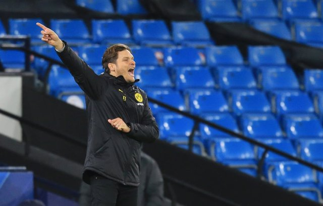 06 April 2021, United Kingdom, Manchester: Dortmund coach Edin Terzic gestures to his players from the touchlines during the UEFA Champions League quarter-final first leg soccer match between Manchester City and Borussia Dortmund at the Etihad Stadium. Ph