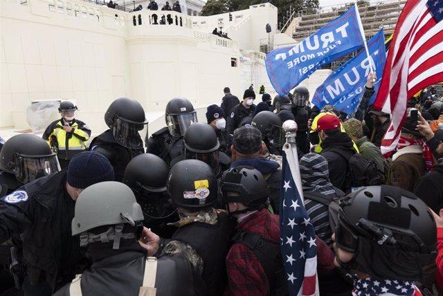 Archivo - Enfrentamientos entre policías y manifestantes junto al Capitolio de Estados Unidos el 6 de enero