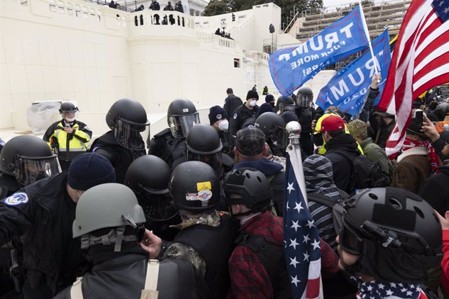 Archivo - 06 January 2021, US, Washington: Police clash with supporters of US President Donald Trump as they storm the US Capitol building during a Congress session to affirm President-elect Joe Biden's victory. Pro-Trump protesters stormed the US Capitol