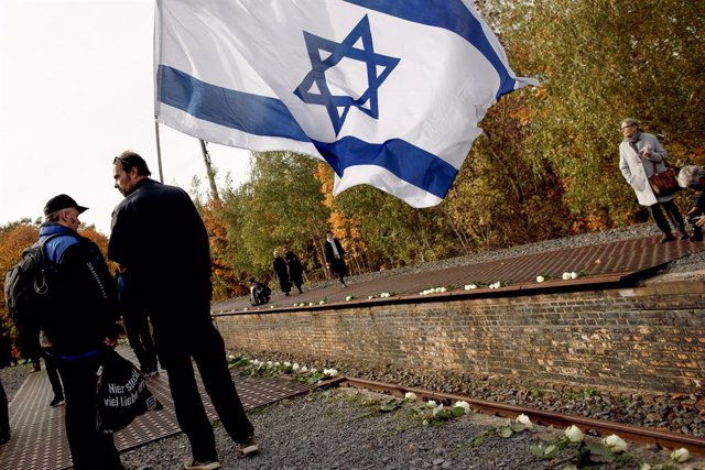 Archivo - Un hombre con una bandera de Israel en conmemoración del aniversario del Holocausto.