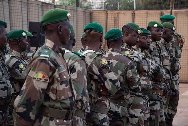 Archivo - Soldados de Malí durante la ceremonia de cambio de mando de la EUTM