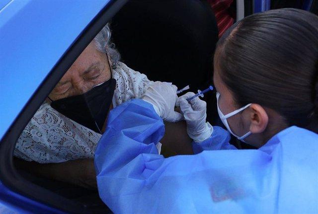 Una mujer recibe la vacuna contra el coronavirus en Tonala.
