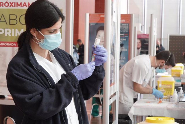 Archivo - Vacunación en el Centro Cultural Miguel Delibes de Valladolid.