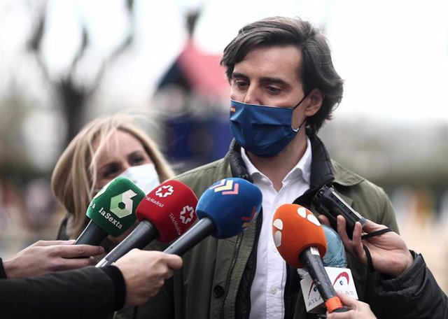 El vicesecretario de Comunicación del PP, Pablo Montesinos ofrece declaraciones a los medios de comunicación antes de un paseo hasta el Templo de Debod, en Madrid (España), a 19 de marzo de 2021.