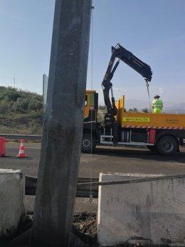 Personal de conservación de carreteras trabaja en el pórtico dañado en la A-316.