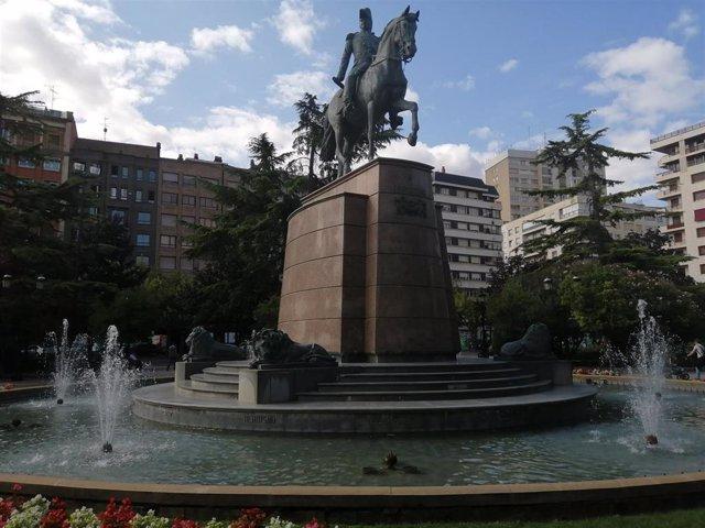Archivo - El alcalde de Logroño, Pablo Hermoso de Mendoza, conmemora los 125 años del monumento ecuestre a la figura del general  Baldomero Espartero.