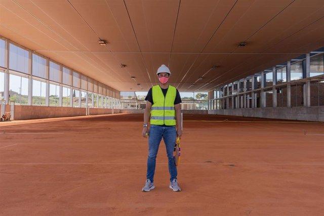 Rafa Nadal durante la visita a las obras de ampliación en su academia de tenis en Manacor