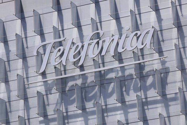 Archivo - Logo de Telefónica insertado en el edificio de su sede, en la Ronda de la Comunicación de Madrid.