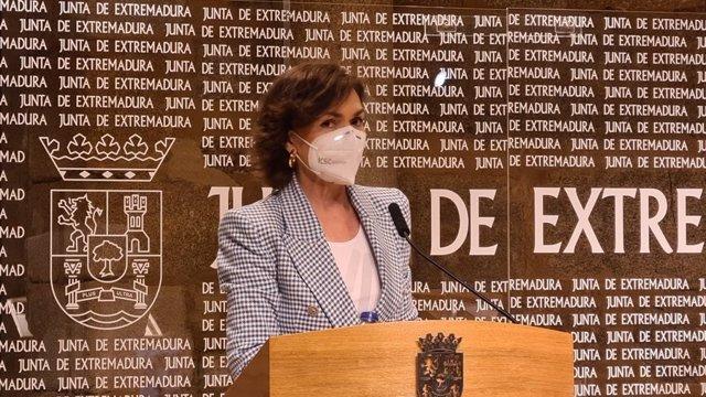 La vicepresidenta primera del Gobierno, Carmen Calvo, en rueda de prensa en Mérida