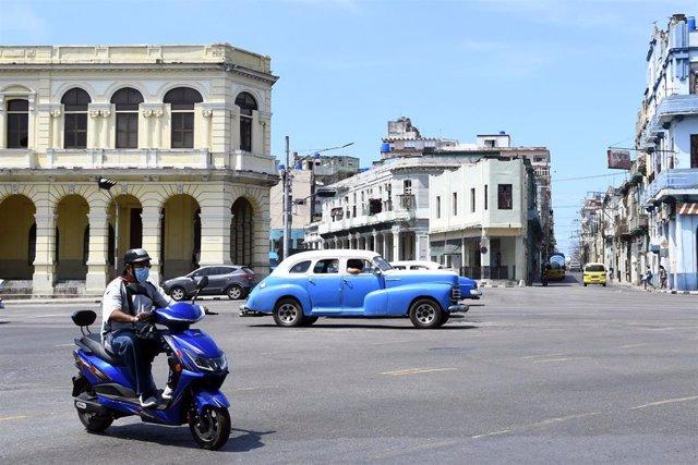 Vehículos en una calle de La Habana