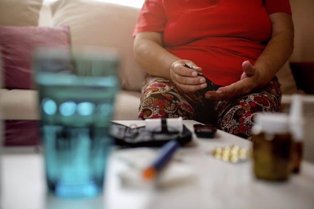 Archivo - Mujer co diabetes y obesidad.