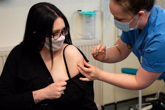 Elle Taylor, primera mujer vacunada en Reino Unido con la vacuna de Moderna