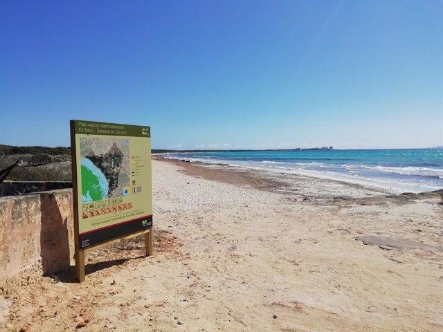 Señalización informativa en el parque natural Es Trenc-Salobrar de Campos.