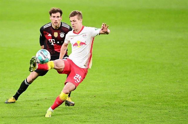 Dani Olmo controla un balón ante Leon Goretzka en el Leipzig-Bayern de la Bundesliga 2020-2021