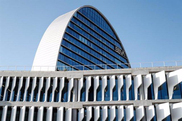 Archivo - La Ciudad BBVA, sede corporativa del Grupo Banco Bilbao Vizcaya Argentaria en España, donde se levanta, La Vela una torre circular de 19 plantas, en Madrid (España).