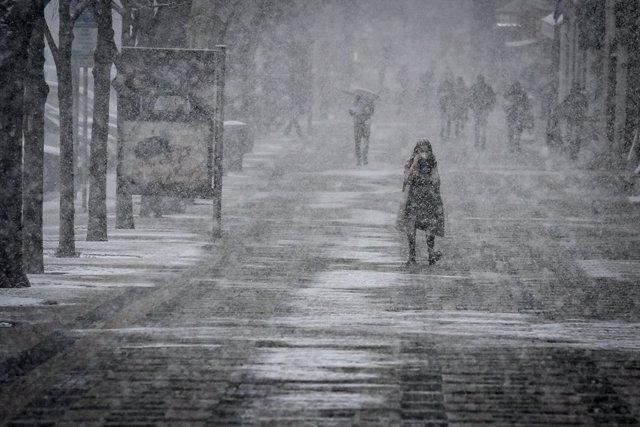 06 April 2021, Czech Republic, Prague: Pedestrians walk across the Wenceslas Square amid heavy snowfall. Photo: ?imánek Vít/CTK/dpa