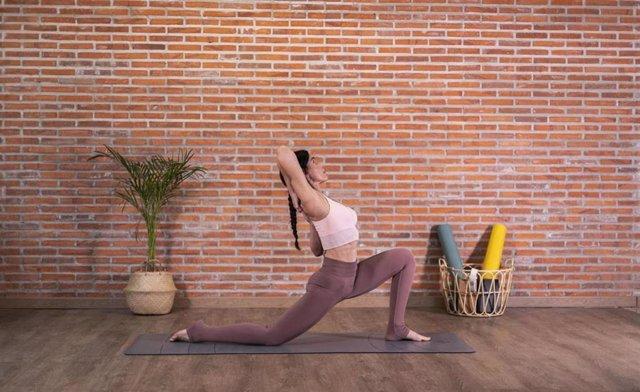 Decathlon y Kimjaly lanzan una edición limitada de yoga con la profesora Almudena Yoga Life.