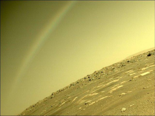 La imagen de un falso arcoíris en Marte