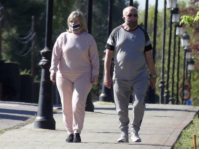 Elena y Luis, padres de Paula Echevarría, dando un paseo por los alrededores de su domicilio