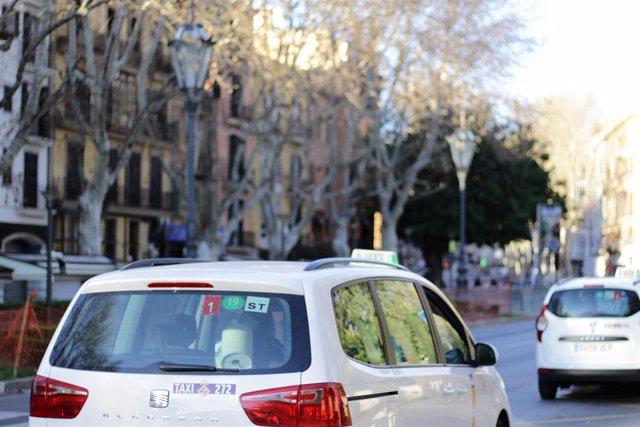Archivo - Un taxi, en Palma.