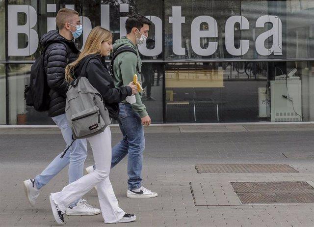 Archivo - Varios estudiantes caminan en las inmediaciones de la Universitat de València