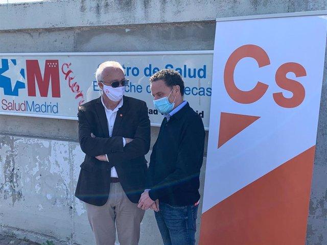 El candidato de Ciudadanos a la Presidencia de la Comunidad de Madrid, Edmundo Bal, y el exviceconsejero de Sanidad José María Antón en el Centro de Salud Ensanche de Vallecas