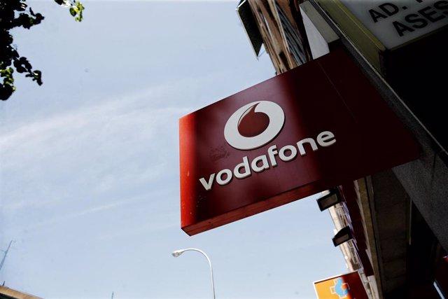 Archivo - Logo de Vodafone en una tienda de la compañía telefónica en Madrid.