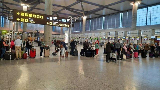 Archivo - Cola de embarque en el aeropuerto de Málaga el pasado mes de marzo de 2020, al inicio de la pandemia de la COVID